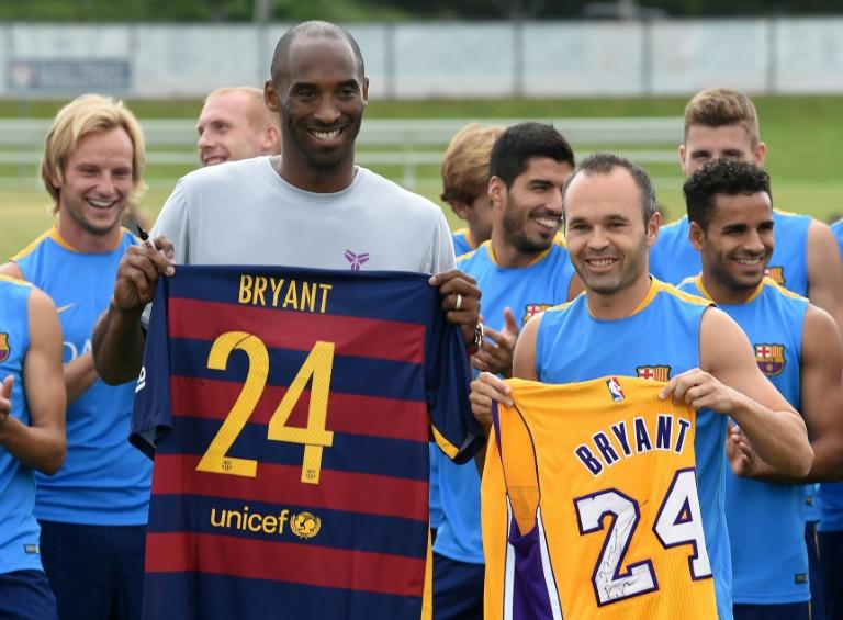 Echange de maillots entre la star de Lakers Kobe Bryant avec le milieu du FC Barcelone Andrés Iniesta devant les coéquipiers de ce dernier lors de leur entraînement à Carson, le 20 juillet 2015
