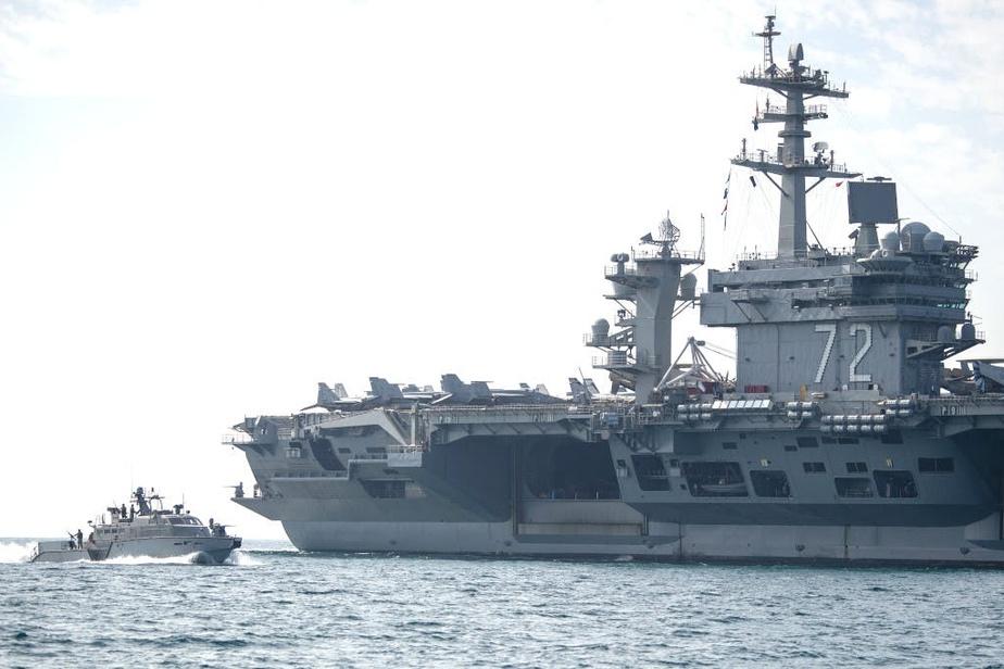 Le porte-avion Abraham Lincoln, escorté par une vedette de protection rapprochée Mark VI en décembre dernier lors de son départ de la base navale américaine sur l'île de Bahraïn, dans le golfe Persique. PHOTO MARINE AMÉRICAINE