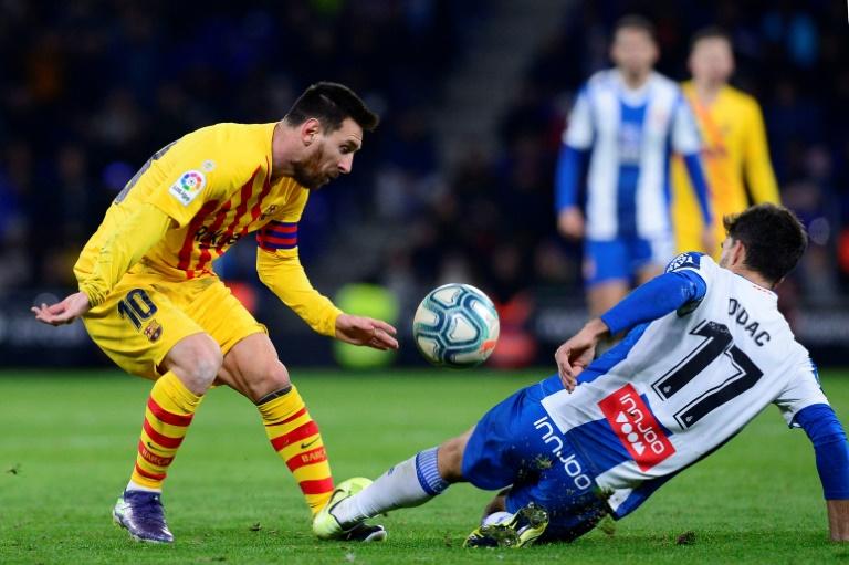 L'attaquant du FC Barcelone Lionel Messi (g) face au défenseur de l'Espanyol Didac Vila, le 4 janvier 2020 à Cornella de Llobregat