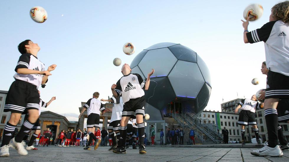 Foot: L'Ecosse va interdire aux enfants de faire des têtes. Photo: AFP