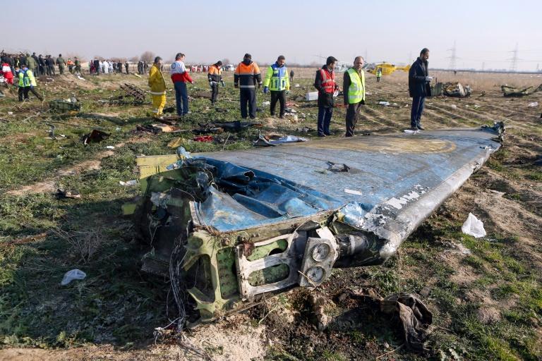 Les équipes de secours le 8 Janvier 2020 sur le site du crash d'un avion de ligne ukrainien à Téhéran après son décollage
