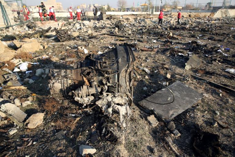Des secouristes travaillent sur le site où s'est écrasé un avion de ligne ukrainien près de Téhéran, le 8 janvier 2020