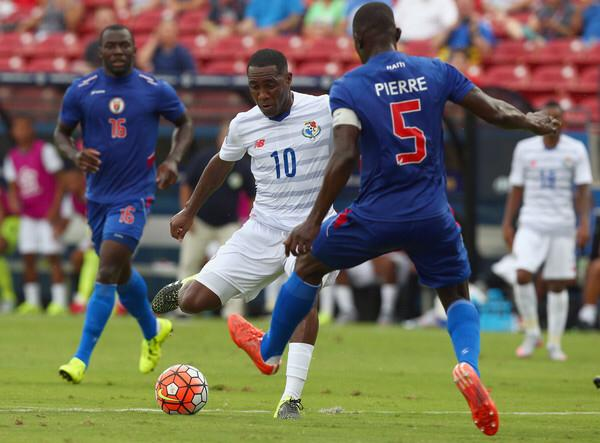 Le footballeur Jean-Jacques Pierre dans ses œuvres arborant les couleurs de la sélection nationale. Photo: source inconnue