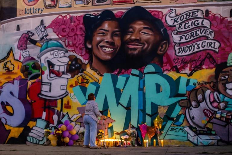 Une fresque murale représentant Kobe Bryant et sa fille Gianna, tués tous les deux dans un accident d'hélicoptère, realisée par Muck Rock et Mr79lts, le 27 janvier 2020 à Los Angeles
