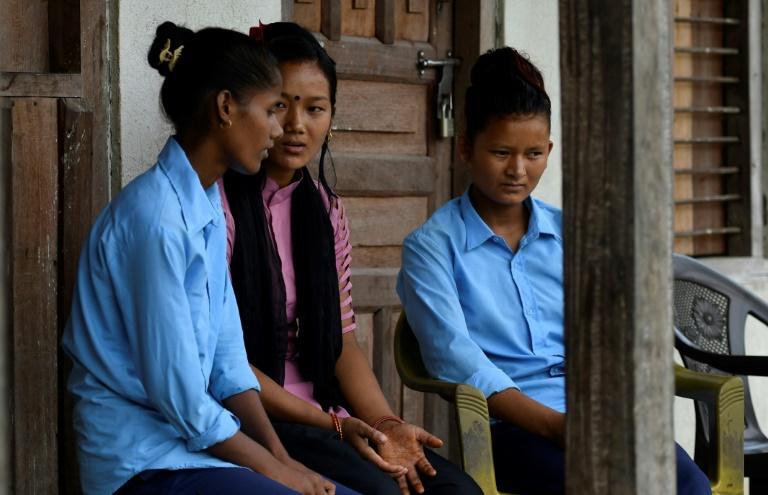 Asha Charti Karki (c) explique à des jeunes népalaises l'importance de l'éducation, à Barahataal dans le district du Surkhet, le 12 septembre 2019 afp.com - PRAKASH MATHEMA