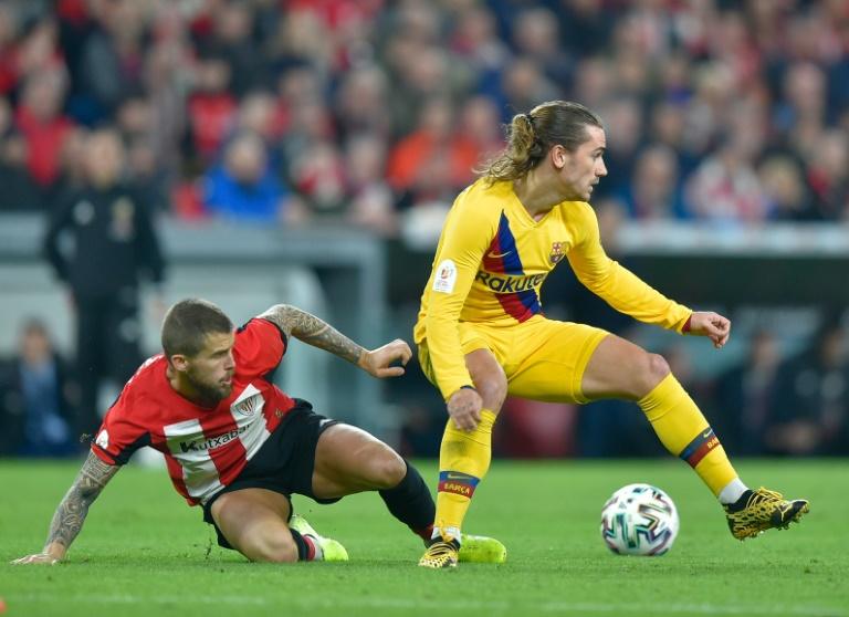 L'attaquant du FC Barcelone Antoine Griezmann (d) devant le défenseur de l'Athletic Bilbao Inigo Martinez en quart de finale de la Coupe du Roi, le 6 février 2020 à Bilbao
