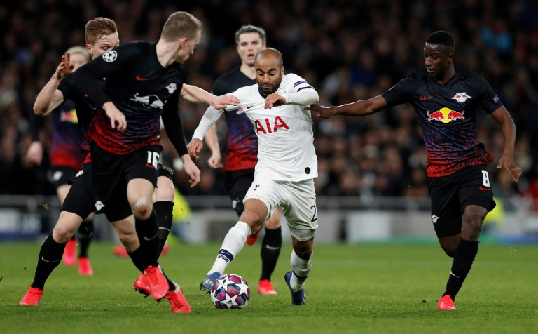 L'attaquant Brésilien de Tottenham Lucas Moura (c) pris en étau par les joueurs de Leipzig Marcel Halstenberg (g), Lukas Klostermann et Amadou Haidara (d) en 8es de finale de Ligue des champions, le 19 février 2020 à Londres