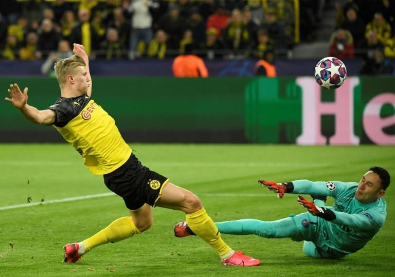 Le jeune attaquant du Borussia Dortmund Erling Haaland bat de près le gardien du PSG Keylor Navas, le 18 février 2020 au Signal Iduna Park