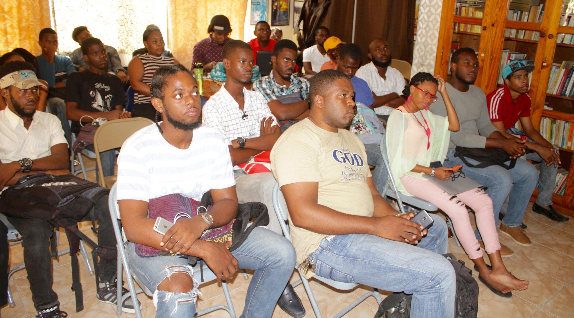 Des étudiants de Cinéma Nous en pleine séance de cours. Crédit photo: Cinéma Nous/Facebook