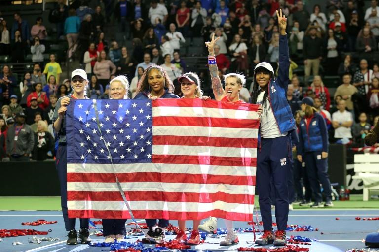 L'équipe des Etats-Unis de Fed Cup pose avec le drapeau national après s'être qualifiée pour la phase finale au détriment de la Lettonie, le 8 février 2020 à Everett État de Washington