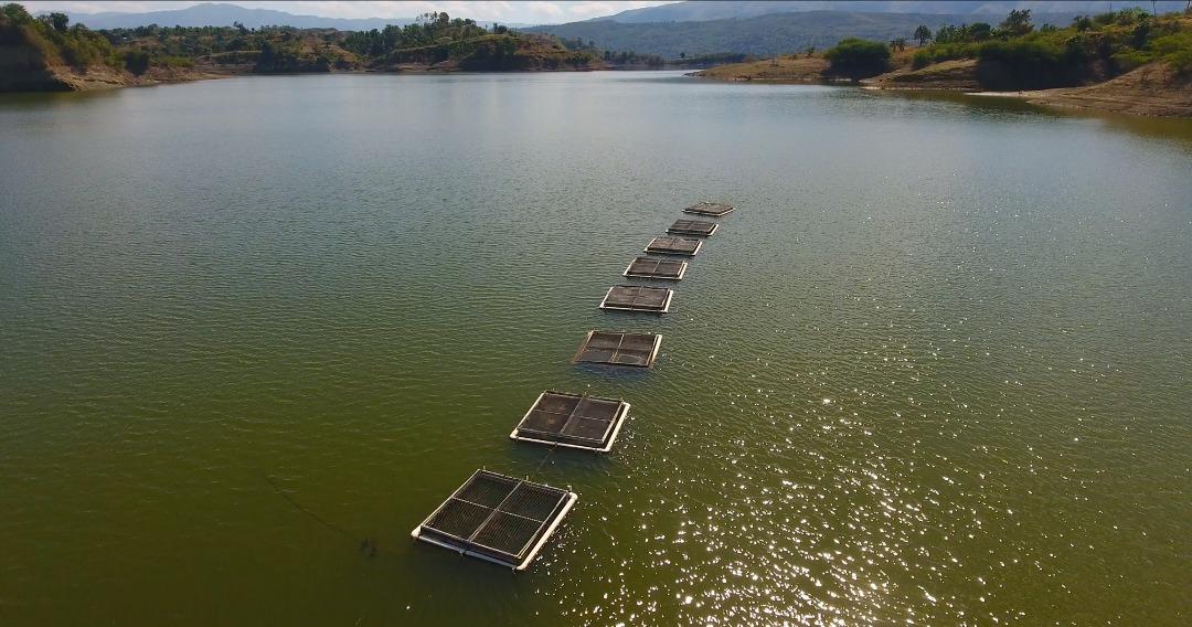 Photo illustrant une vue aérienne d'une écloserie de poisson dans le lac Péligre. Crédit Photo Loop Haiti