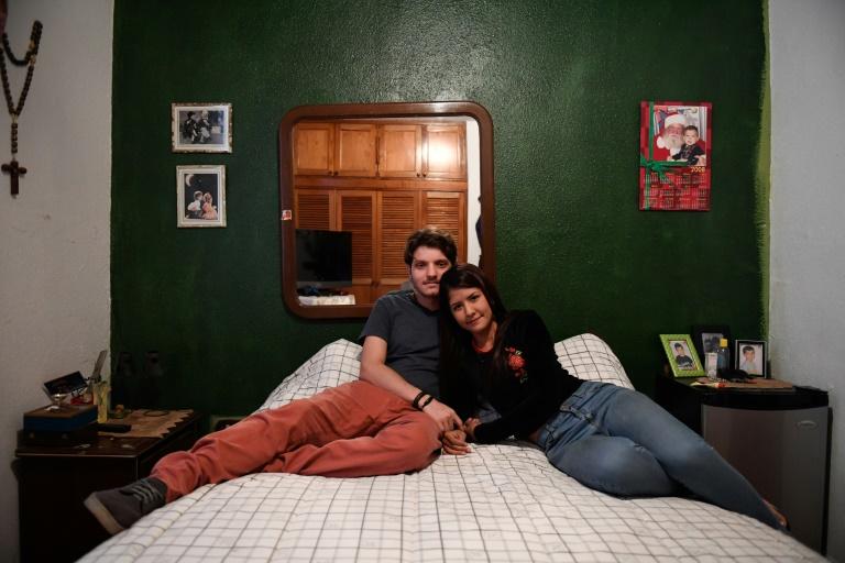 Deux étudiants, Antonio de Muro et sa petite amie, Oriana Garcia, dans la maison des parents d'Antonio, à Caracas, le 4 août 2019.