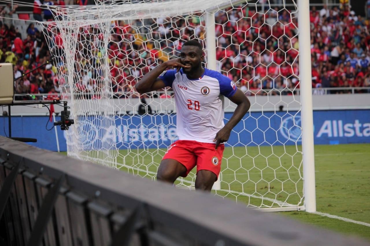 L'attaquant haïtien, Frantdzy Pierrot après son but contre les Bermudes à la Gold Cup. Photo : FHF