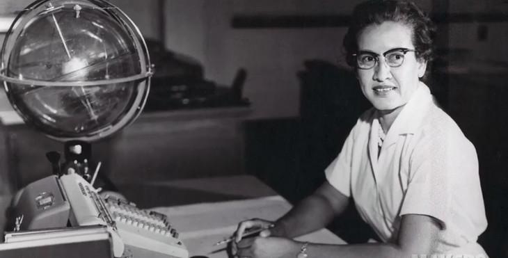 Photo d'archives de la mathématicienne Katherine Johnson à son poste de travail au début des années 1960 / NASA/AFP