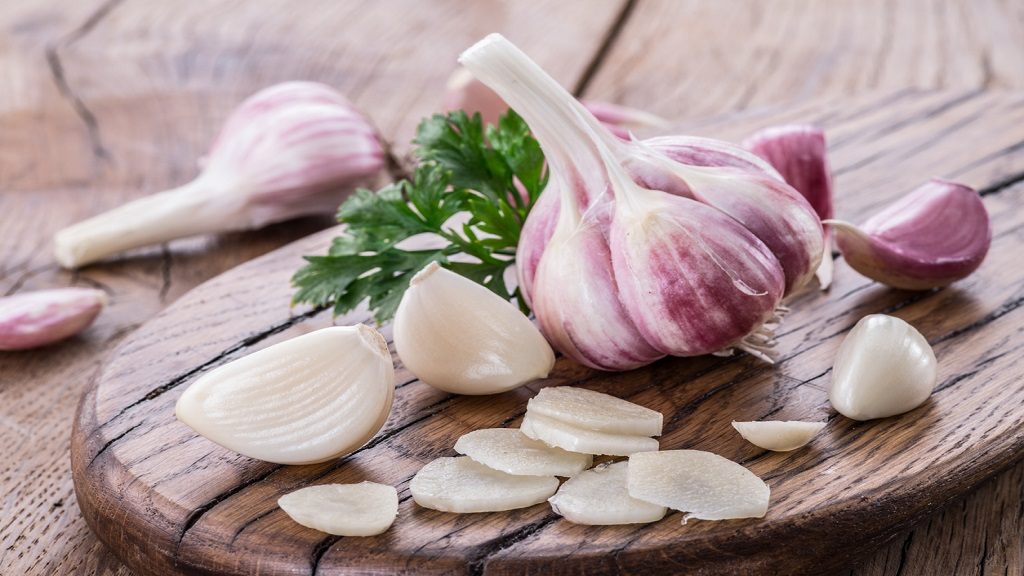 Garlic bulb and garlic cloves. (Photo: iStock)