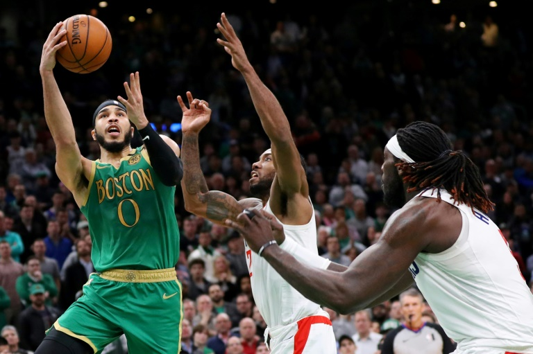 Jayson Tatum (g) des Boston Celtics lors du match de NBA face aux Los Angeles Clippers, à Boston, le 13 février 2020