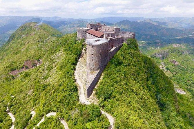 La citadelle Laferrière, niché au pied d'un pic de 900 mètres d'altitude, surplombant toute la ville du Cap et l'Est de Cuba.