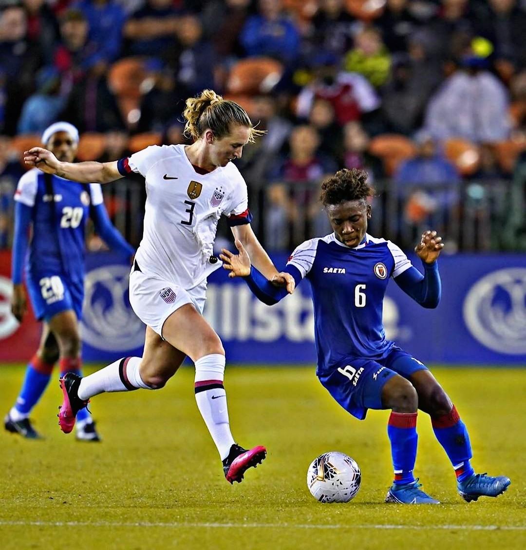 Melchie Dumornay aux prise avec une joueuse américaine. Photo Instagram Fédération américaine de football