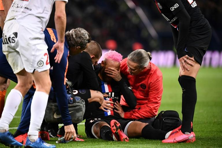 Neymar marqué par la douleur après une faute du défenseur de Montpellier Arnaud Souquet (N.2) au Parc des Princes, le 1er février 2020