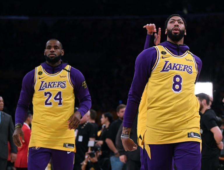 Anthony Davis (d) et LeBron James revêtus des maillots 8 et 24 en l'honneur de Kobe Bryant lors du match des Lakers contre Portland, au Staples Center, le 31 janvier 2020