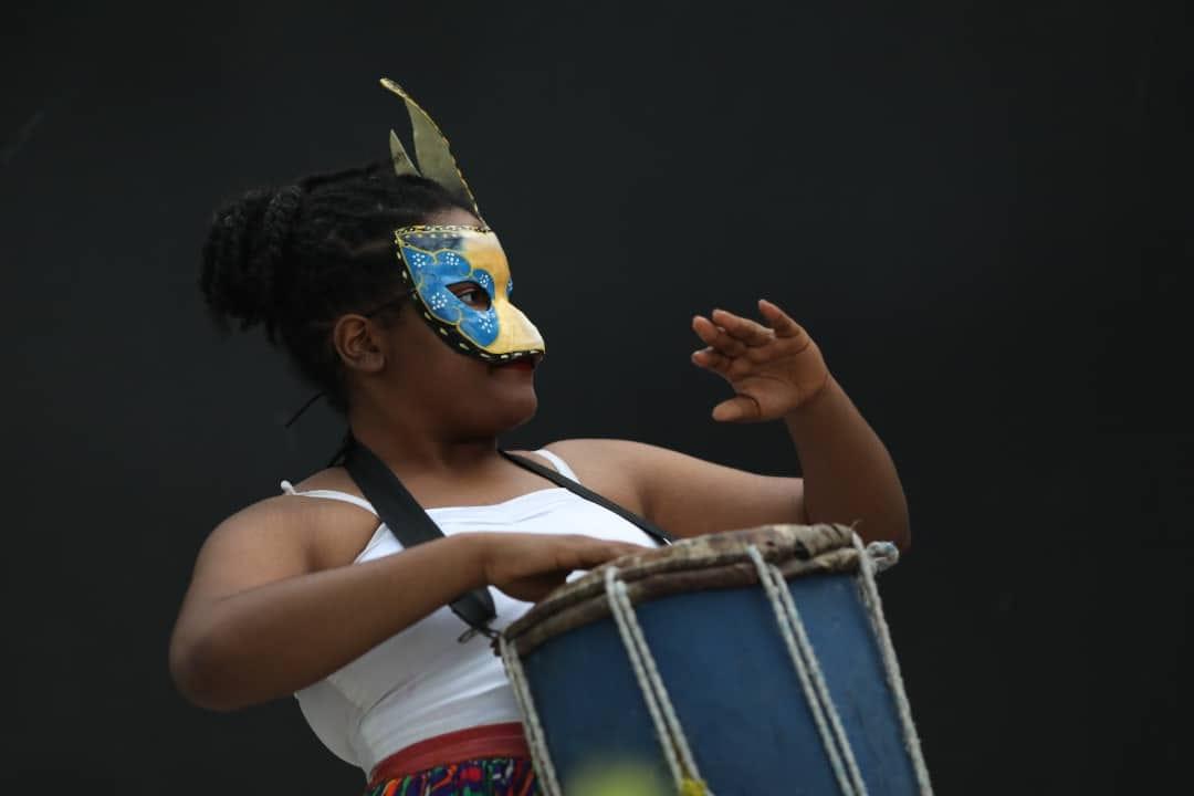 Cliché d'une jeune percussionniste, annonçant le bal masqué conté, innovation du festival pour l'année 2020 Crédit photo/Mackenson Ismaël