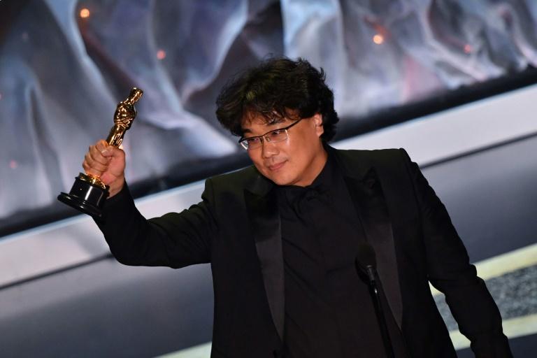 """Le réalisateur Bong Joon-ho, récompensé aux Oscars dans la catégorie du meilleur film international pour """"Parasite"""", le 9 février 2020 à Hollywood. AFP / Mark RALSTON"""