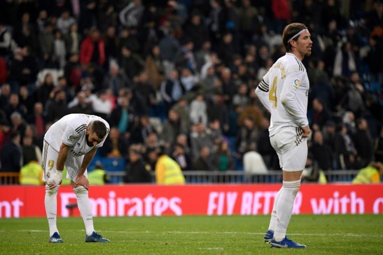 Les joueurs du Real Madrid Karim Benzema (g) et Sergio Ramos déçus après le match nul à domicile contre le Celta Vigo, le 16 février 2020 au stade Santiago-Bernabeu afp.com - PIERRE-PHILIPPE MARCOU