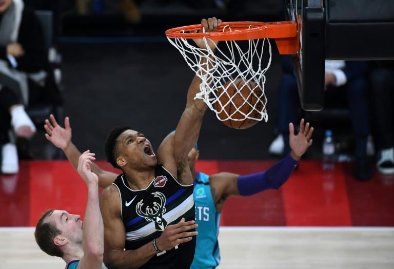 Giannis Antetokounmpo (C) avec les Milwaukee Bucks contre les Charlotte Hornets en championnat NBA, le 24 janvier à AccorHotels Arena in Paris. AFP/Archives / FRANCK FIFE
