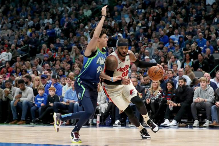 Damian Lillard (d) des Portland Trail Blazers à la lutte avec Justin Jackson des Dallas Mavericks, en NBA, le 17 janvier 2020 à Dallas