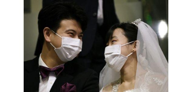 Un couple portant des masques de protection participe à un mariage collectif organisé par l'Eglise de l'unification fondée par Sun Myung Moon, le 7 février 2020 à Gapyeong, en Corée du Sud afp.com - Jung Yeon-je