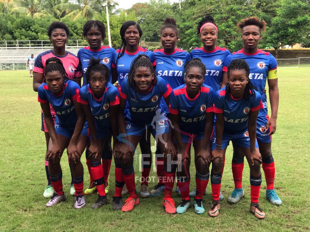 La sélection féminine haïtienne de football pose pour une prise de photo. Photo : Foot au Féminin