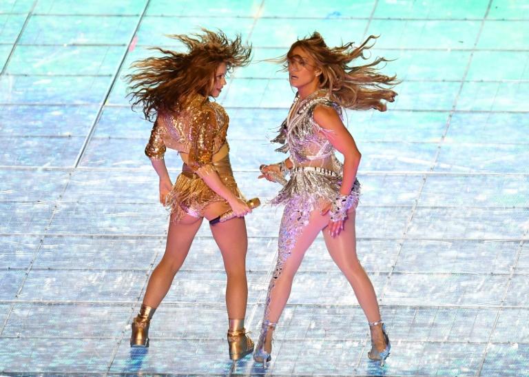 Jennifer Lopez (d) et Shakira, les chanteuses américaine et colombienne qui ont animé la mi-temps du Super Bowl, le 2 février 2020 à Miami (Etats-Unis). AFP / Angela Weiss