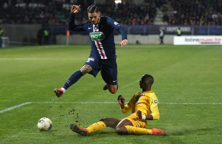 L'attaquant argentin du PSG Mauro Icardi (g) face à Pau en Coupe de France, le 29 janvier 2020