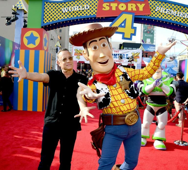 """Tom Hanks pose à côté de """"Woody"""" à qui il prête sa voix dans """"Toy Story 4"""", à Los Angeles, le 11 juin 2019 afp.com - KEVIN WINTER"""