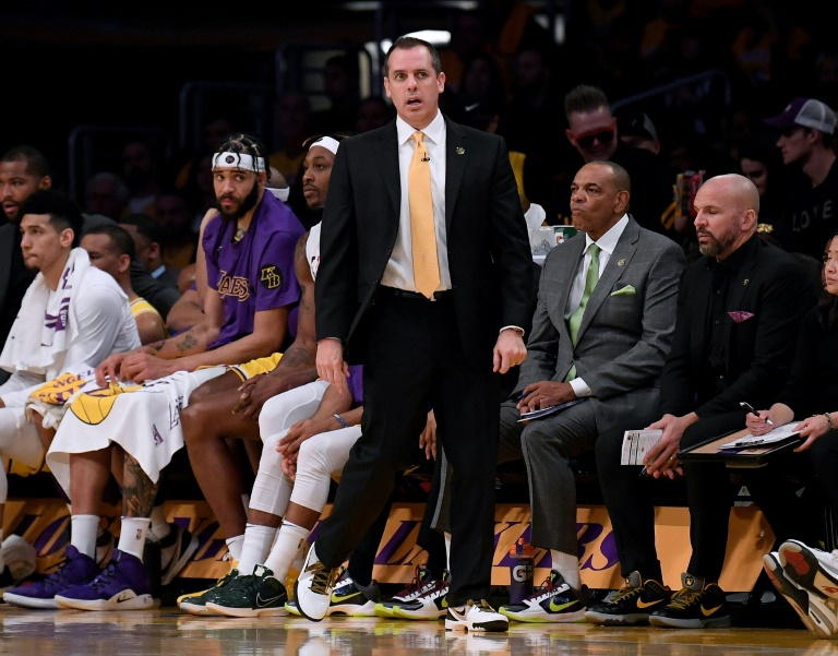 L'entraîneur des Lakers Frank Vogel (c) suit le match contre les Portland Trail Blazers, en NBA au Staples Center, le 31 janvier 2020