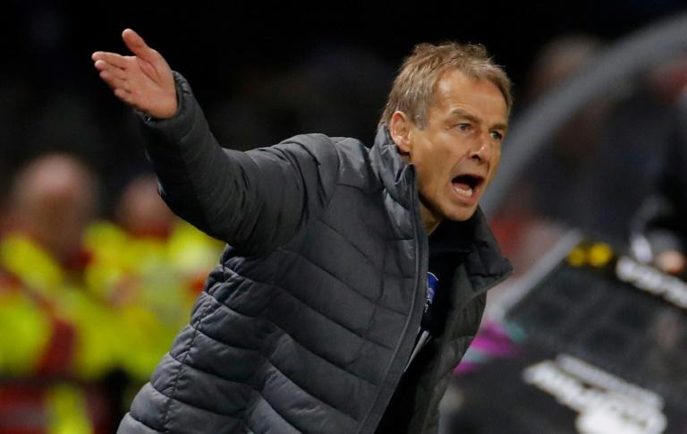 Jürgen Klinsmann, alors entraîneur du Hertha Berlin, donne des instructions lors du match contre Schalke 04, en Bundesliga, le 31 janvier 2020 à Berlin