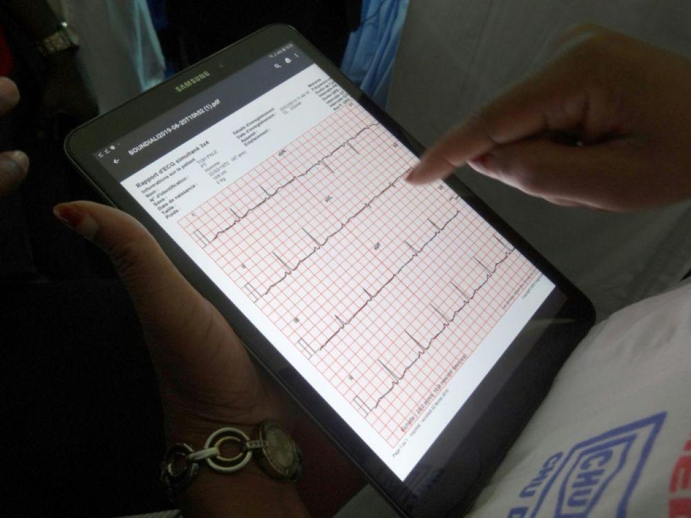 Tablette pour suivre à distance l'état d'un patient DAVID ESNAULT AFP/Archives