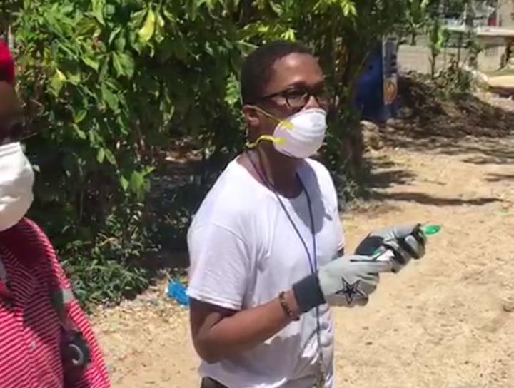Le leader communautaire Ralph Emmanuel François en pleine campagne de sensibilisation sur le nouveau coronavirus (Covid-19) à Thomassin 32. Crédit photo: REF/Staff