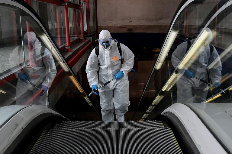 Désinfection dans le métro pour lutter contre le nouveau coronavirus, le 18 mars 2020 à Madrid
