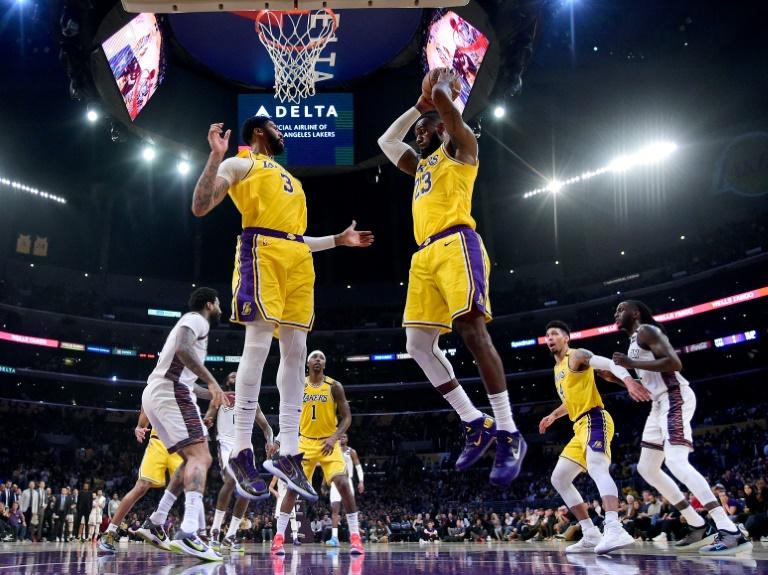 Les deux stars des Los Angeles Lakers LeBron James et Anthony Davis lors de la défaite de leur équipe à domicile (104-102) face aux Brooklyn Nets le 10 mars 2020