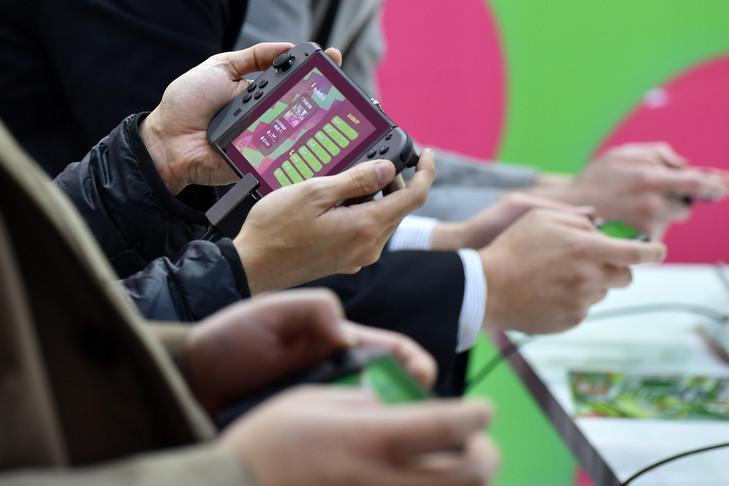 Des joueurs s'essayent à la nouvelle Nintendo Switch lors de sa présentation officielle à Tokyo, le 13 janvier 2017 / AFP/Archives