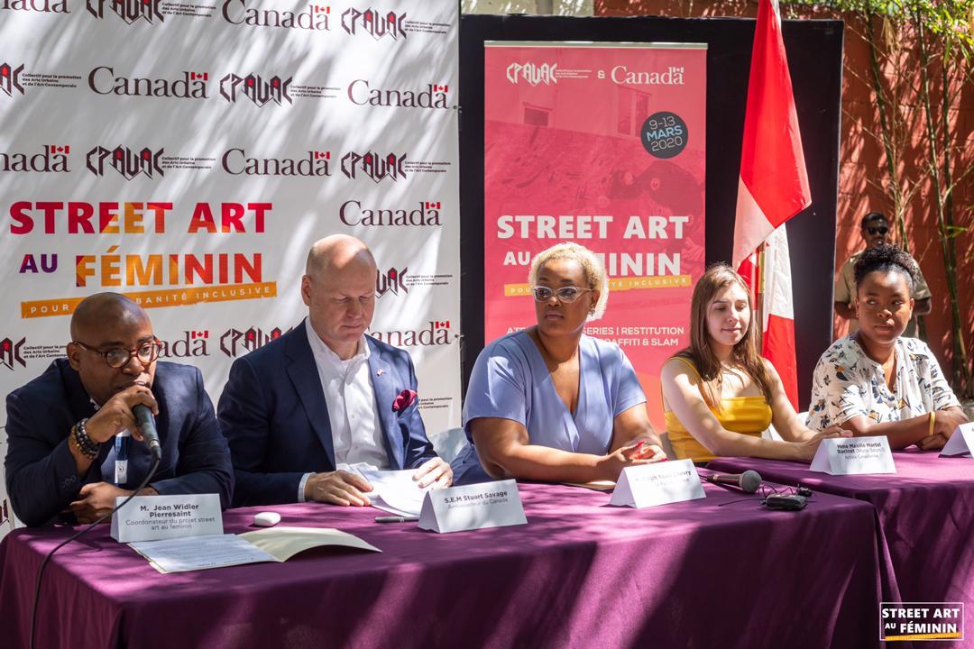 De la gauche vers la droite: Jean Widler Pierressaint coordonateur du projet; Stuart Savage, ambassadeur du Canada en Haïti, Anne-René Louis, représentante de la mairie de Port-au-Prince; Maxilie Martel Racicot, street artiste et Aude Asencia Villefranche, artiste.
