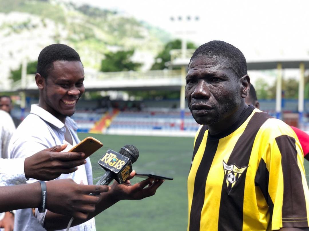 Photo illustrant Cius Clermont donnant un commentaire après match aux journalistes sportifs. Crédit Photo / Twitter Don Bosco