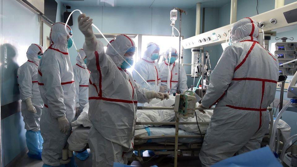 Un patient est pris en charge par des médecins d'un hôpital du Wuhan, dans la province chinoise de Hubei, le 12 février 2017 afp.com/STR