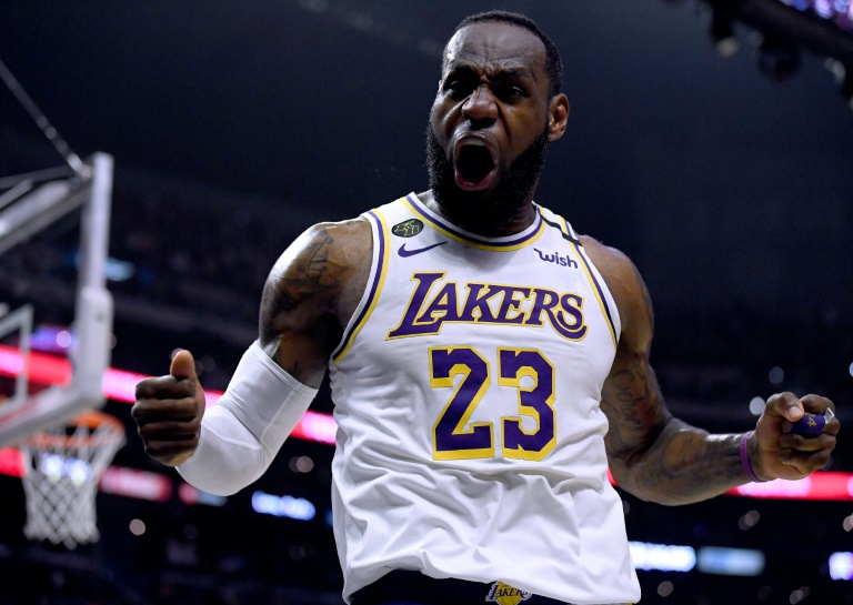 LeBron James jubile, après un panier décisif contre les Clippers lors du derby de Los Angeles, le 8 mars 2020