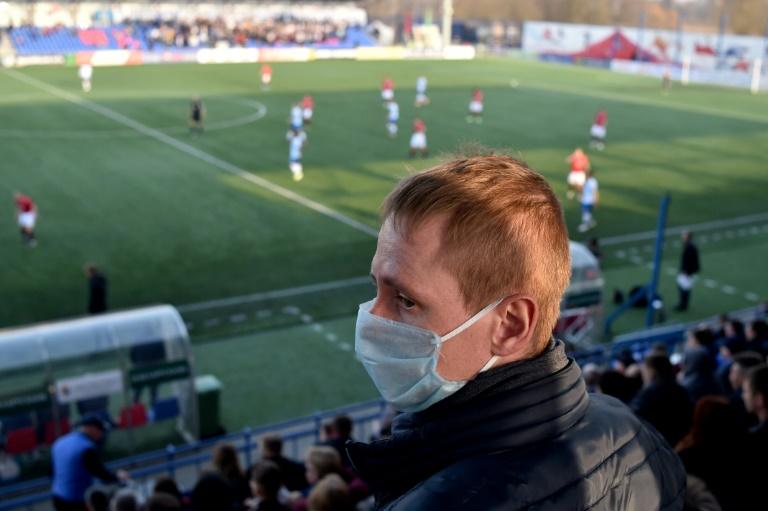 Un supporter du FC Minsk porte un masque de protection, le 28 mars 2020 à Minsk