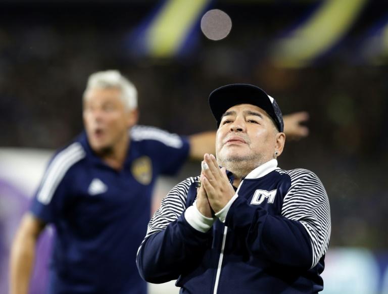 La star argentine du football Diego Maradona est applaudie par les fans de Boca Juniors à la Bombonera lors d'un match de championnat contre son équipe de Gimnasia y Esgrima La Plata à Buenos Aires le 7 mars 2020