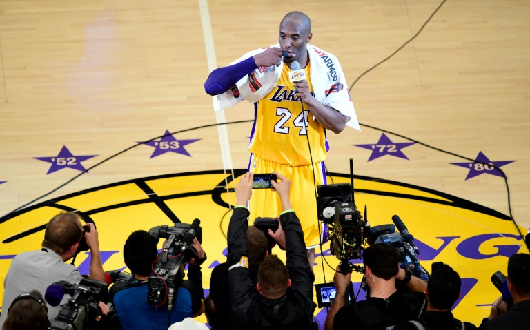 La légende des Los Angeles Lakers Kobe Bryant lors de son discours d'adieu à la NBA après le dernier match de sa carrière le 13 avril 2016 à Los Angeles