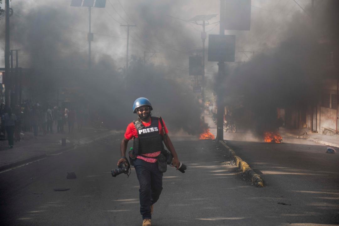 Le photojournaliste, Dieu-Nalio Chéry, lors d'une manifestation à Port-au-Prince. Photo : Jeanty Junior Augustin