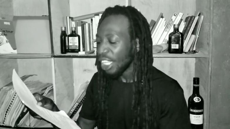 """Starloff Tropfort dans la lecture """"Cathédrale des cochons"""" du jeune poète Jean D'Amérique. Capture d'écran/Luckenson Jean"""